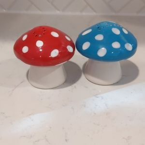 Dining - Mushroom salt and pepper shakers